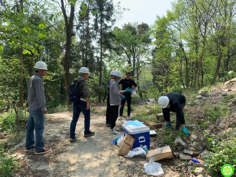 我司技术员对《龙里新城龙樾府项目、融创九城府项目土壤污染状况初步调查报告》进行现场土壤取样和访谈调查工作